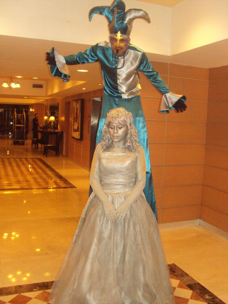 estatua vivientes de xvañera con zanquero