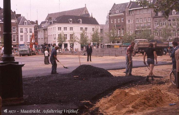 1970 - Maastricht. Vrijthof. Asfaltering van het plein. Overzicht met links de Helmstraat en rechts de Grote Staat.