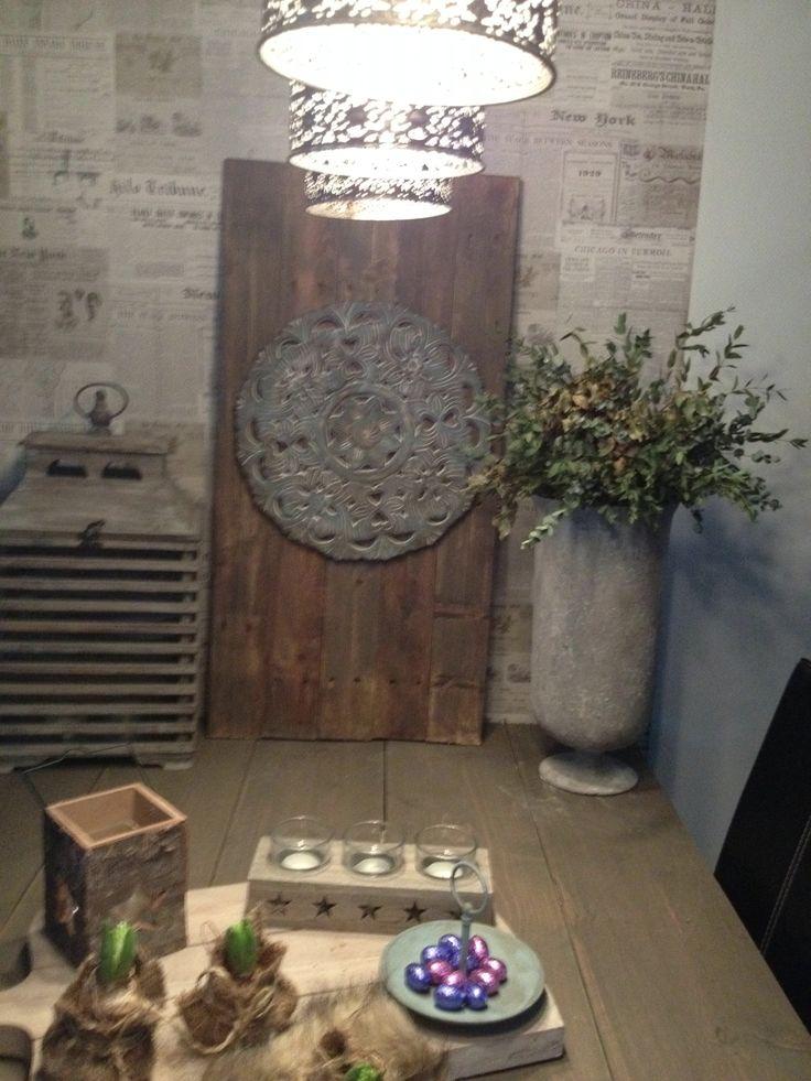 Action bord , oud gemaakt met krijtverf en donkere wax. Bevestigd aan een bord van oud pallet hout