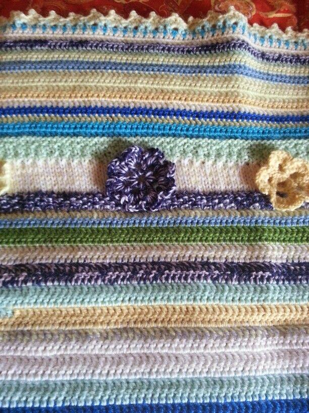 Copertina di lana realizzata a ferri e ad uncinetto