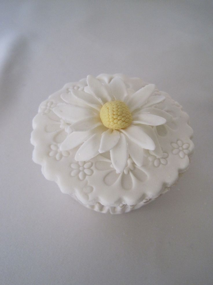 cup cake with a daisy