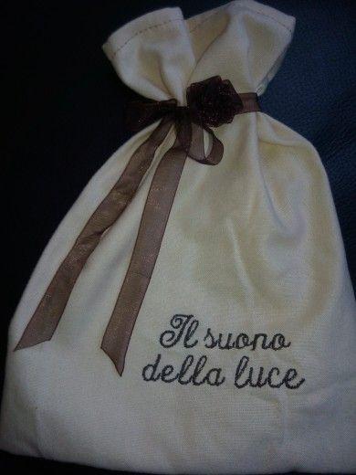 bustina regalo porta saponi ricamata a macchina con fiocchetto di organza con rosellina
