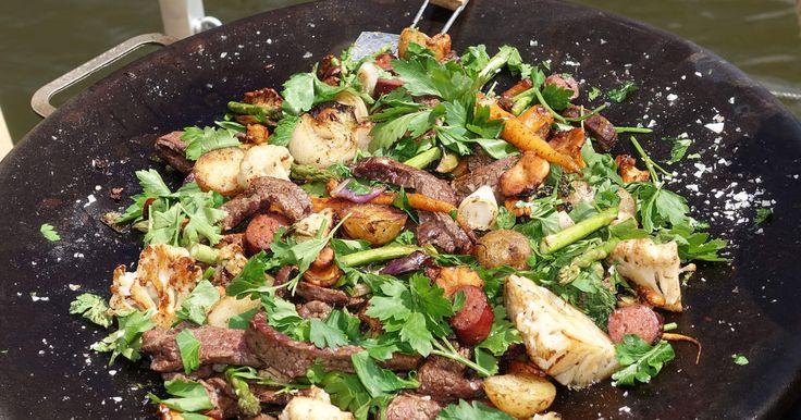 En supergod sommarpytt på primörer, mör och fin flankstek och färska kantareller. Servera gärna tillsammans med Ernsts tomat- och sardellketchup och örtsås på vita bönor.