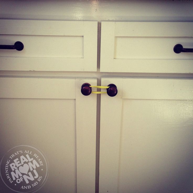 Baby proof cabinets with a rubber band no need for fancy for Baby proof kitchen cabinets