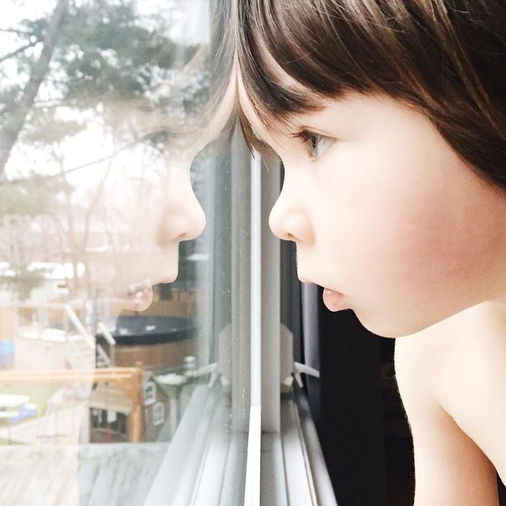 Cette fenêtre à leur hauteur qui donne sur notre cours arrière et qui me permet de les observer durant quelques secondes tranquilles. #avoir3ans #3yearsold #3ans #clempetitcoquin #kidstyle #momlife #maman #enfant #maternité #toddlerlife #toddlerstyle #etremaman #monfils