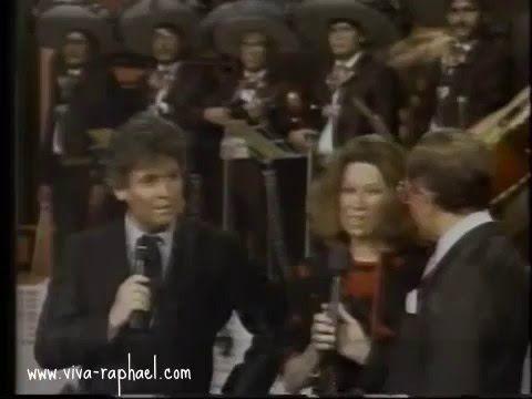 """Raphael en """"Siempre en domingo"""" con Raúl Velasco Ramírez (Mexico). 1988"""
