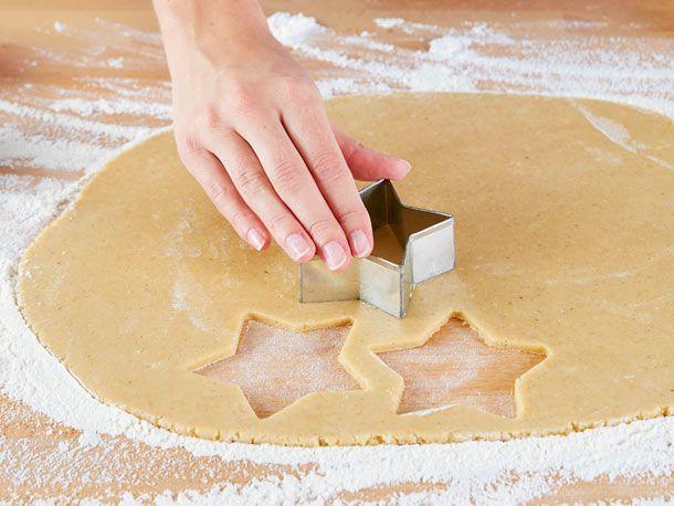Aus einer Handvoll Zutaten wird durch Kneten und Kühlen geschmeidiger Plätzchenteig für Kekse. Das einfache Rezept und praktische Gelingtipps.