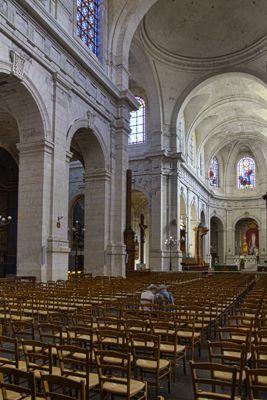 La cathédrale Saint-Louis de La Rochelle est en partie construite sur l'église Saint-Barthélémy, dont on peut encore apercevoir le clocher gothique derrière elleLa coupole de la cathédrale Saint-Louis est ornée de peintures du rochelais William Bouguereau, contrastant avec les ex-voto de marine des XVIIe et XVIIIe siècle exposés dans la troisième chapelle du bas-côté gauche. C.B.