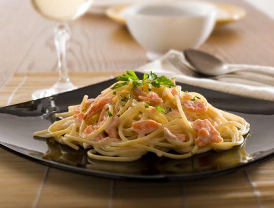 Паста с лососем в сливочно-чесночном соусе