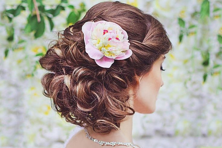 Красивые свадебные прически с цветами в волосах – *с живыми пионами*