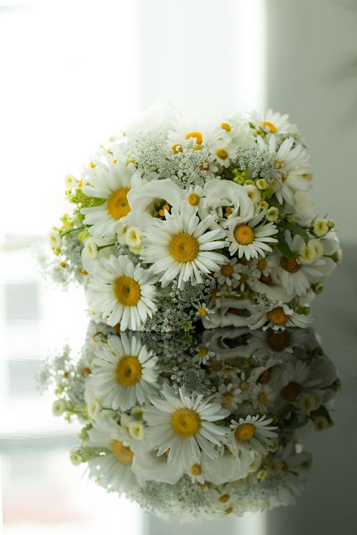 schöner Brautstrauß in gelb, grün und weiß gehalten mit Margeriten ...