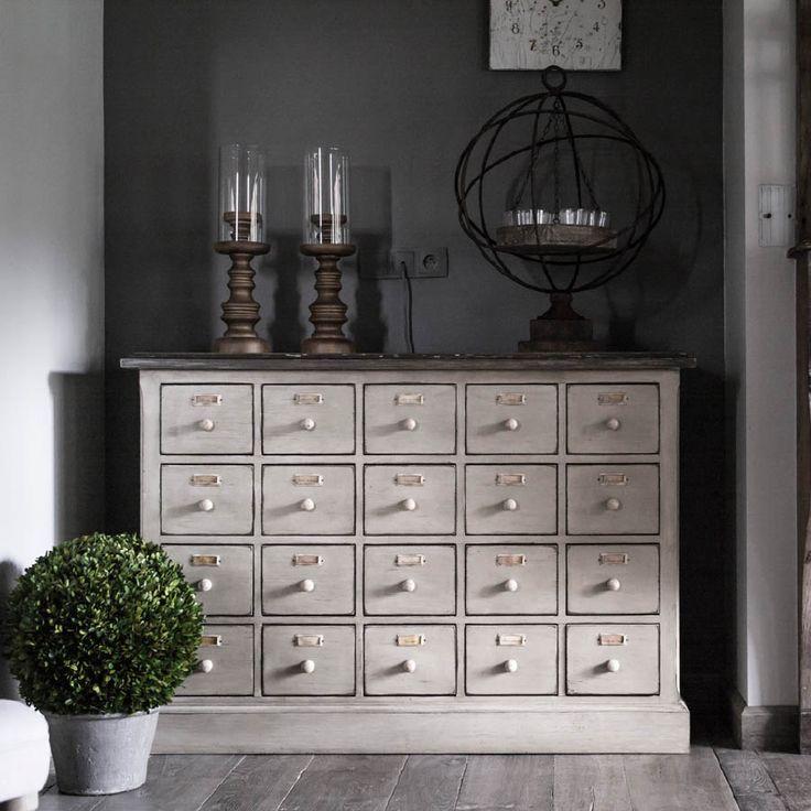 Optez pour l'originalité avec ce meuble de métier élégant et cosy. Témoin de notre passé, ce meuble de mercerie aux 20 tiroirs conserve son histoire tout en s'adaptant avec facilité à nos intérieurs d'aujourd'hui. Compagnon idéal de vos rangements, il est astucieux & élégant : autant d'atouts pour se glisser facilement dans toutes les pièces de la maison.