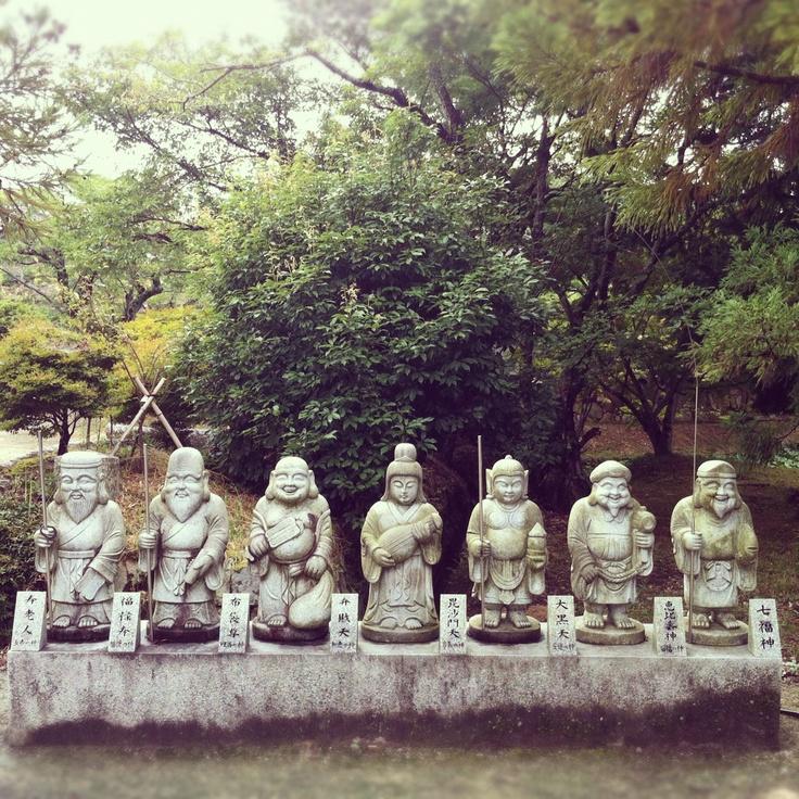 七福神は、日本、ヒンドゥー教、道教、仏教の神様の混合ユニットである。彼方此方の素敵なスターを集めて自分達独自のグループとしてしまう、このおおらかさがいい。