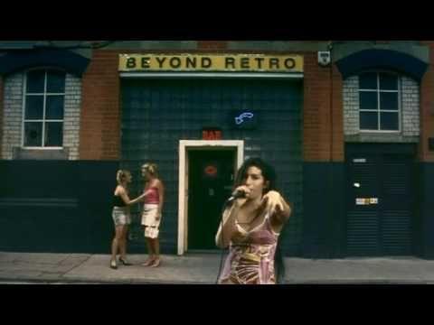 Amy Winehouse - Fuck Me Pumps, via YouTube - No disco de estreia, Frank (2003), Amy Winehouse ainda estava perdida e tentava encontrar não só sua voz, como seu som. Nesta faixa, ela aponta para o estilo que a levaria ao estrelato no álbum seguinte, Back to Black (2006).