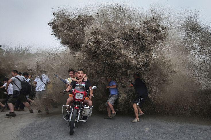 Venerdì 15 agosto - Qiantang, Zhejiang, Cina Persone arrivate per guardare i famosi mascheretti del fiume Qiantang – dei fronti d'onda che si sviluppano lungo l'estuario di un fiume o l'imboccatura di una baia – scappano per non essere travolti da una grossa onda. Lungo il Qiantang il fenomeno è frequente a partire dall'autunno: le onde sono particolarmente impressionanti, possono essere alte fino a dieci metri e viaggiare a più di 40 chilometri orari.