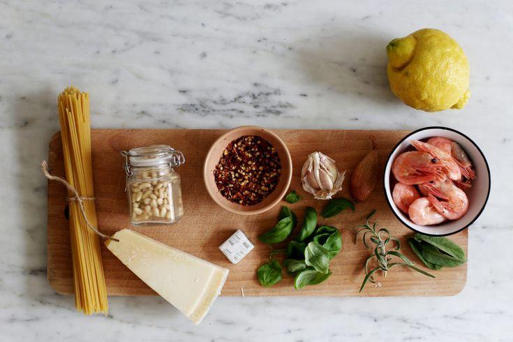 spaghetti med räkor, citron och salvia.