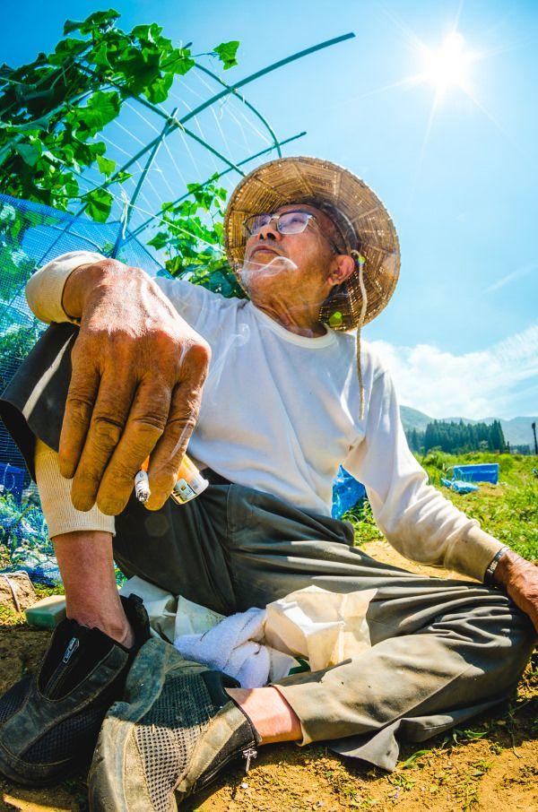 長野県奥信濃から生まれたフリーペーパー「鶴と亀」。ポップで物語性のあるじいちゃんばあちゃんの写真は、どこか熱い生き様を映し出しつつもチカラの抜けた雰囲気も醸し出しています。自称超おばあちゃん子で「鶴と亀」発起人の、小林さんにお話を伺いました。