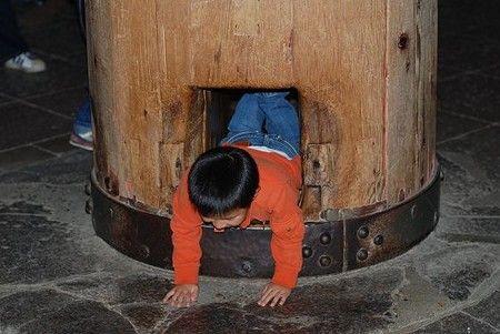 奈良 - 大仏殿 柱の穴くぐり