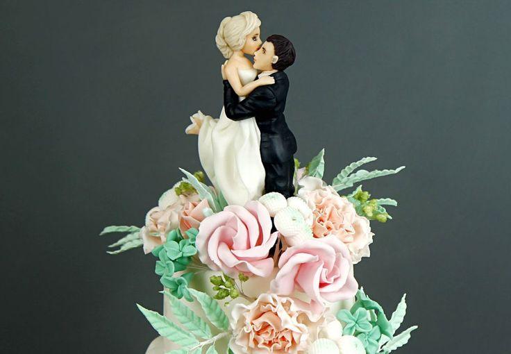 """Фигурка на торт """"Молодожены""""  Многие свадебные торты🎂 украшаются фигурками жениха и невесты. Специально для вашего торжества наши профессиональные скульпторы выполнят #свадебныефигурки в соответствии со всеми вашими пожеланиями😉  Стоимость изготовления композиции из фигурок жениха и невесты - 4000₽.  Специалисты @abello.ru всегда рады помочь с выбором потрясающего и натурального десерта по единому номеру: +7(495)565-3838 Телефон/WhatsApp/Viber. Так же в помощь наш сайт www.abello.ru с…"""