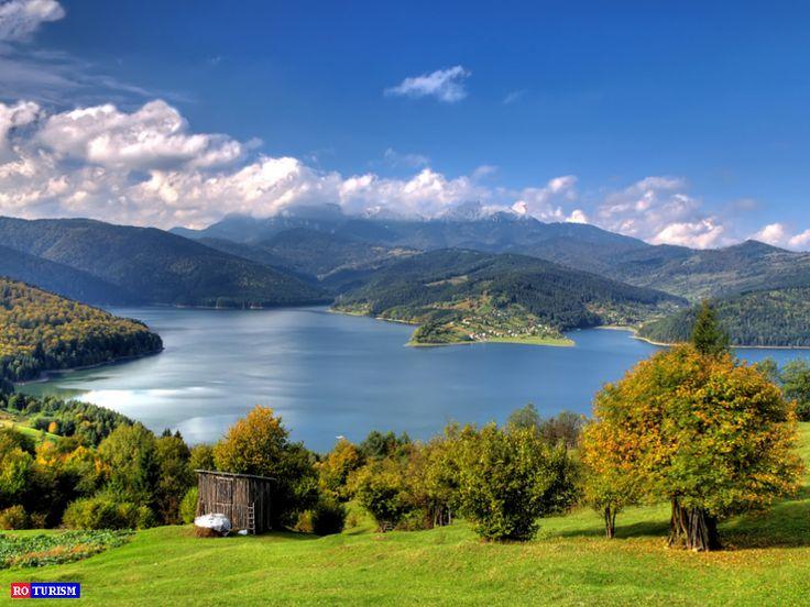 """Barajul Izvorul Muntelui, cunoscut si sub numele de """"Barajul Bicaz"""", este cel mai mare baraj de greutate (de pe raurile interioare ale Romaniei, fiind depasit de Portile de Fier I) si al treilea dintre cele mai inalte baraje din Romania."""