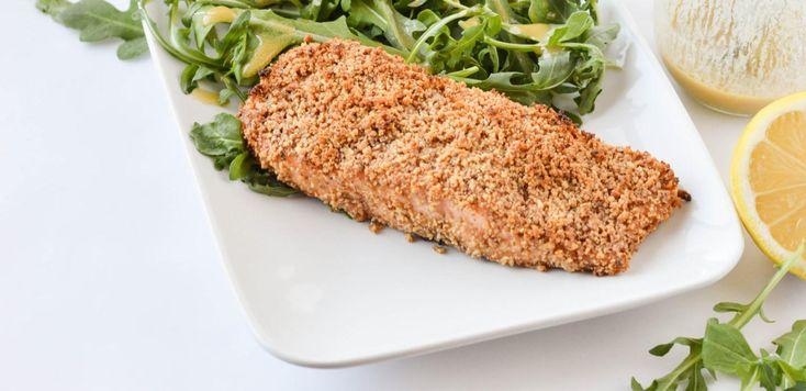 Запечённая рыба — это всегда очень просто, быстро и полезно. А в нашем случае — ещё и невероятно вкусно, ведь это лосось по-дижонски с горчицей, грецкими орехами и зеленью.