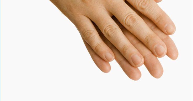 Tatuagens nas mãos. Junto ao rosto e pescoço, as mãos são as partes do corpo onde tatuagens ficam mais visíveis. Assim como no rosto e pescoço, tatuagens nas mãos podem interferir em suas oportunidades de trabalho. São áreas difíceis de tatuar, requerendo experiência e habilidade para trabalhar sobre a pele desnivelada e os os ossos.