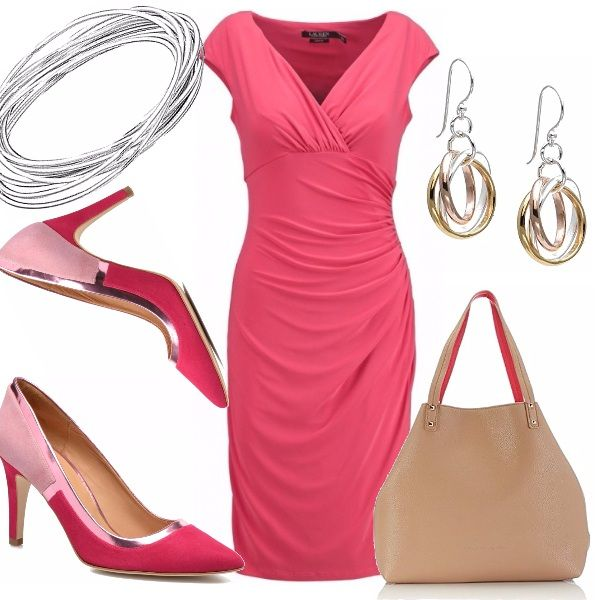 Splendido ed elegante l'abito color corallo, con scollo a V e motivo di drappeggio. Abbinato ad una décolleté molto particolare, nei toni del rosa rosso. Borsa nude con manici rossi. Bracciali a cerchio, orecchini pendenti.