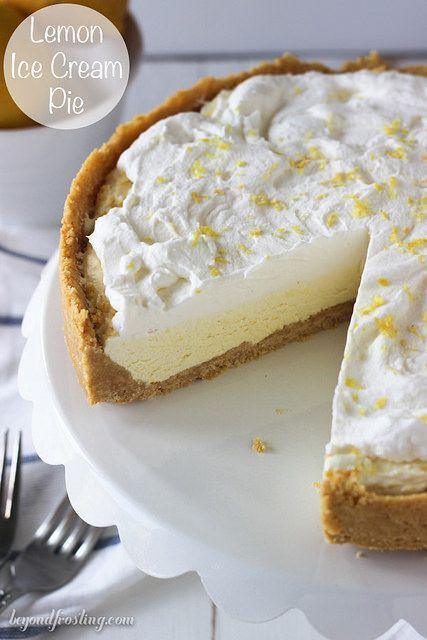 Esta Lemon Ice Cream Pie es el postre perfecto para un día cálido.  Llena de sabor limón, esta mousse pastel de crema de hielo está cubierto con crema batida.  Además, la corteza de limón Oreo añade aún más sabor a limón!