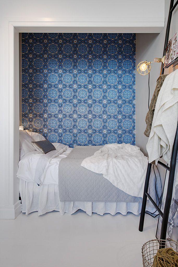 Decoração apartamento pequeno, tipo quitinete/studio.  Quarto com lindo papel de parede azul. Bedroom blue wall paper.