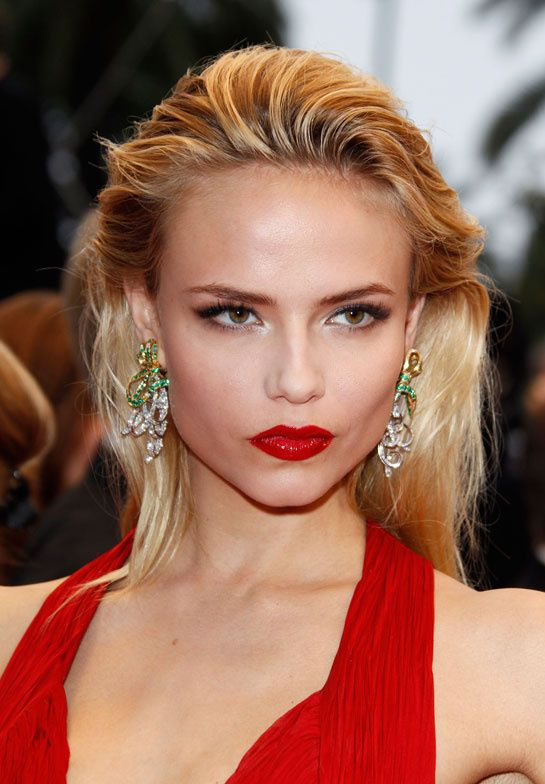 Natasha Poly wears the Louise gold, diamond and emerald earrings by Boucheron for the Cosmopolis red carpet screening.