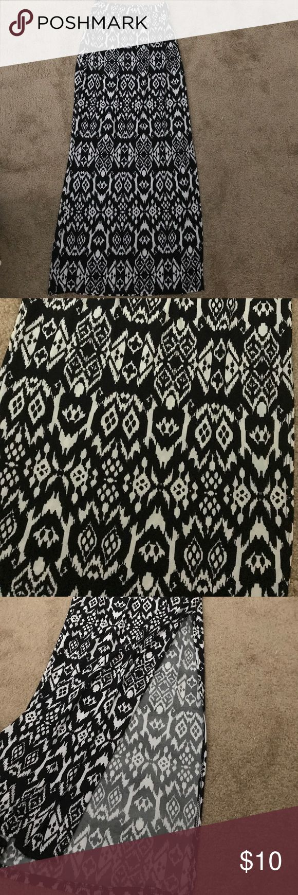 Aztec maxi skirt Size small black and white Aztec maxi with side slip. Gorgeous pattern and perfect for an occasion! So versatile! ❤️ make a statement with this maxi skirt!! Skirts Maxi