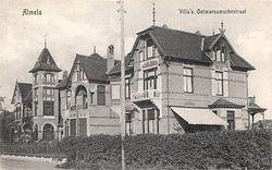 Archief Almelo1920 Villa's aan de Ootmarsumsestraat, van de stad af gerekend aan de rechterzijde, voor de splitsing Ootmarsumsestraat/Vriezenveenseweg.