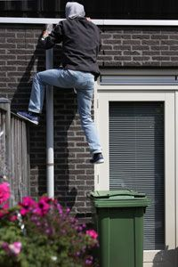Hoe voorkom je een inbraak? Vaak door een aantal simpele maatregelen die je zelf kan  nemen. Kijk op de website: www.politiekeurmerk.nl