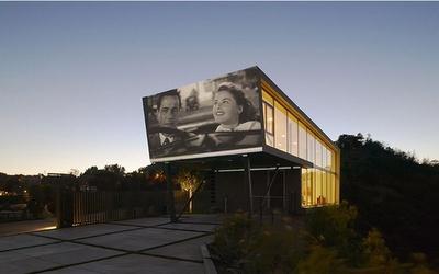original ! écran de ciné extérieur comme un drive -in sur cette maison de l' architecte Haggy Belzberg sur les collines d' Hollywood