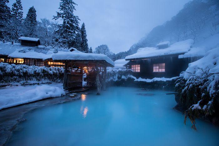 乳頭温泉郷のなかでもとくに歴史のある「鶴の湯」。秋田藩主の湯治場だった由緒ある温泉で、警備の武士が詰めた長屋が残っています。