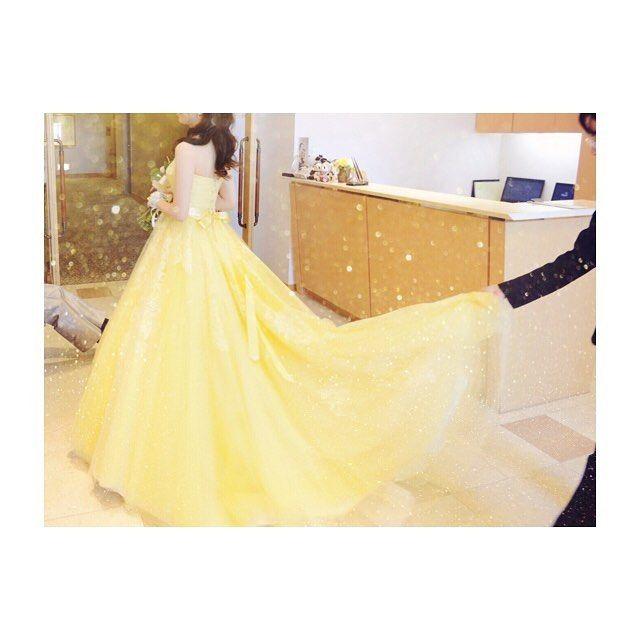 ୨୧ 美女と野獣の映画の余韻にひたって…�� 私もお色直しでイエローのドレスを着ました���� ドレスはたくさんたくさん迷ったけど、小さい頃から美女と野獣が大好きだったのでイエローのドレスを着ることができて嬉しかったなあ���� 大好きなドレスです���� * #ドレス#カラードレス#イエロードレス#レモンイエロードレス#ドレス迷子#結婚式#新婚#一生に一度#思い出#美女と野獣#映画#余韻#懐かしい#また着たい#黄色#黄色ドレス#刺繍#チュール#リボン#かわいい #wedding#dress#yellow#weddingdress#cute#love http://gelinshop.com/ipost/1515283936468494682/?code=BUHXrY_D2la