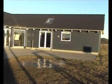 Se vores dejlige luksushus ved Løkken med plads til hele familien og aktiviteter for børn i alle aldre. Filmen viser huset udefra en iskold dag i febuar, kik indenfor og få varmen på vores hjemmeside: http://www.luksushuse.dk/nordjylland/nr-lyngby/210.html