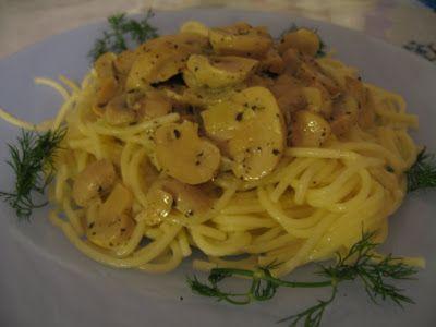 Kremalı Mantarlı Spagetti...  Gereken Malzemeler * Yarım paket spagetti * 1 kutu mantar konservesi * 1 adet soğan * 1 çay bardağı krema * 2 tatlı kaşığı kuru fesleğen * zeytinyağı