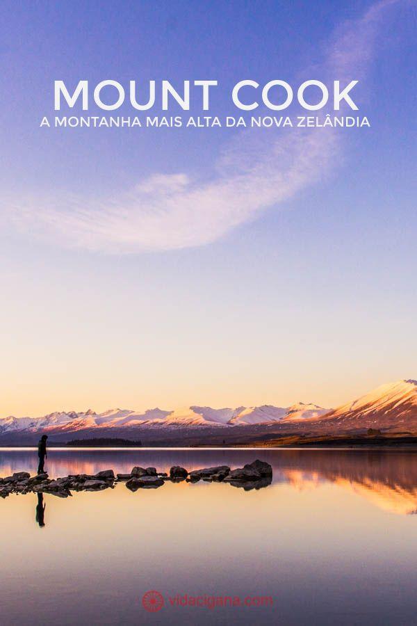 A região do Mount Cook, a montanha mais alta da Nova Zelândia, possui várias trilhas de todos os tamanhos possíveis. As trilhas passam por entre montanhas nevadas, lagos com icebergs e terrenos rochosos. Na foto está o Lake Tekapo durante o pôr do sol, com um homem andando por suas pedras que refletem perfeitamente no lago. Ao fundo, montanhas nevadas. A foto possui tonalidades de azul, rosa, laranja e roxo.