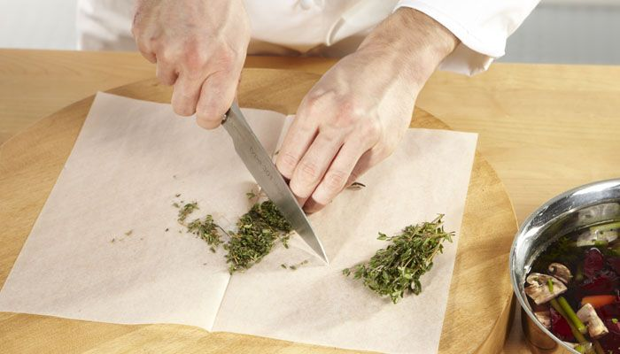 TABLETOP COVERING. Protect your chopping board with SAGA Cooking Paper to prevent odour contamination when you work with onion, garlic, herbs or similar.