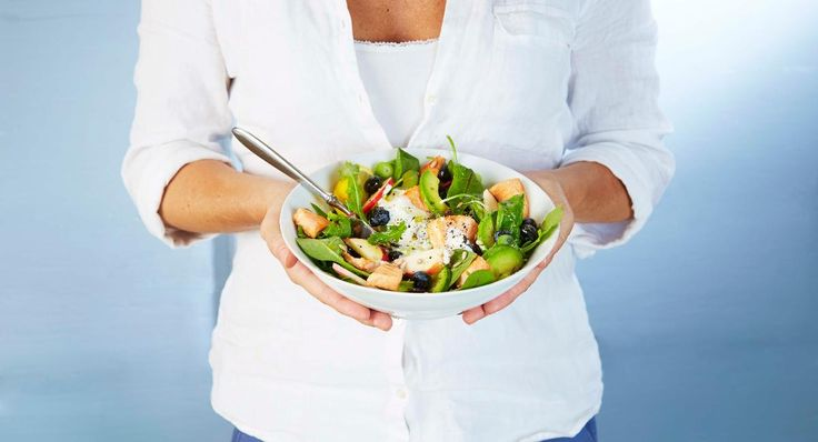 Oppskrift på en god salat med SALMA, frukt, bær og grønnsaker, toppet med frisk honningkesam og sitronolje.