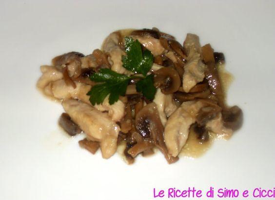Gli straccetti di pollo con funghi champignon rappresentano un secondo piatto leggero e gustoso, ma soprattutto semplicissimo nella preparazione.