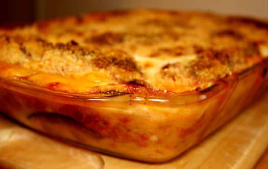 Græsk mad når det er bedst: moussaka med auberginer og kartofler serveres bedst med hjemmelavede tzatziki og brød. Kan man ikke lide auberginer kan de udelades.