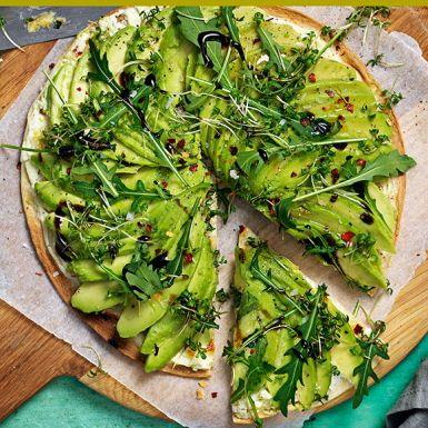 Bottnen på den här supersnabba avokadopizzan består av tortillabröd. Grädda bröden med färskost och mozzarella. Toppa sedan med avokado, chiliflakes, olivolja, flingsalt och pepprig rucola.