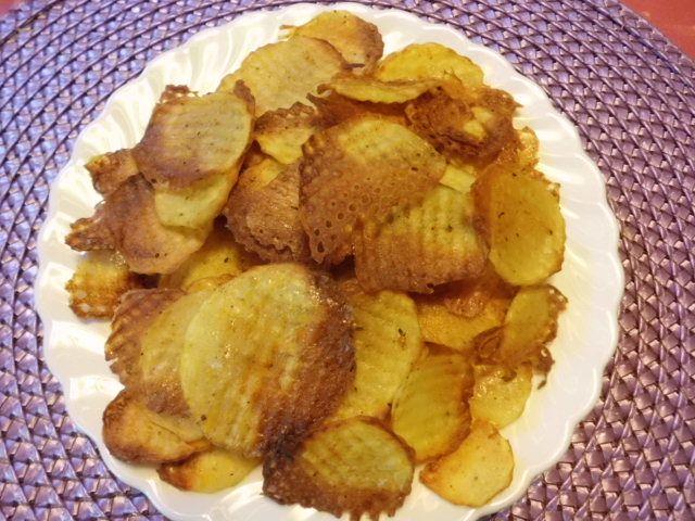Fettarme, leckere Kartoffelchips selbermachen im Backofen eine gute Wahl.   Ob Sie nun Kartoffelchips selber machen im Backofen mit nur einem Esslöffel Öl, in nur 20 Minuten frisch und knackig. Es geht auch anders, die Wahl liegt ganz bei Ihnen. Es gibt noch die Möglichkeit Kartoffelchips in der Fritteuse oder in der Mikrowelle Kartoffelchips zu machen. Heute habe ich mit wenigen Zutaten ...