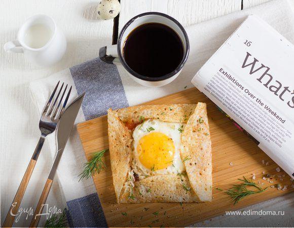 Завтрак в одном блинчике. Ингредиенты: помидоры, лук репчатый, оливковое масло