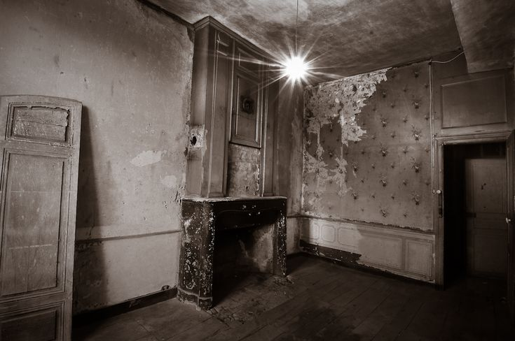 http://martinsoler.files.wordpress.com/2010/05/black-and-white-old-room-martin-soler-paris.jpg