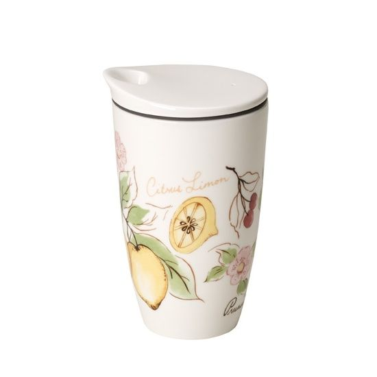 Porcelanowy kubek z pokrywką z serii French Garden marki Villeroy & Boch.  Kubek został wyposażony w pokrywkę z wygodnym niezamykanym otworem do picia. Silikonowa obręcz na brzegach pokrywki zapewnia odpowiednie zamknięcie. Do kubka została dołączona skórzana opaska, która chroni dłonie przed poparzeniem, gdy w naczyniu znajduje się gorący napój.