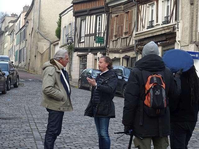 Mathieu Lenorman (à g.) présente à Stéphane Thebaut l'architecture si particulière de Montfort l'Amaury.
