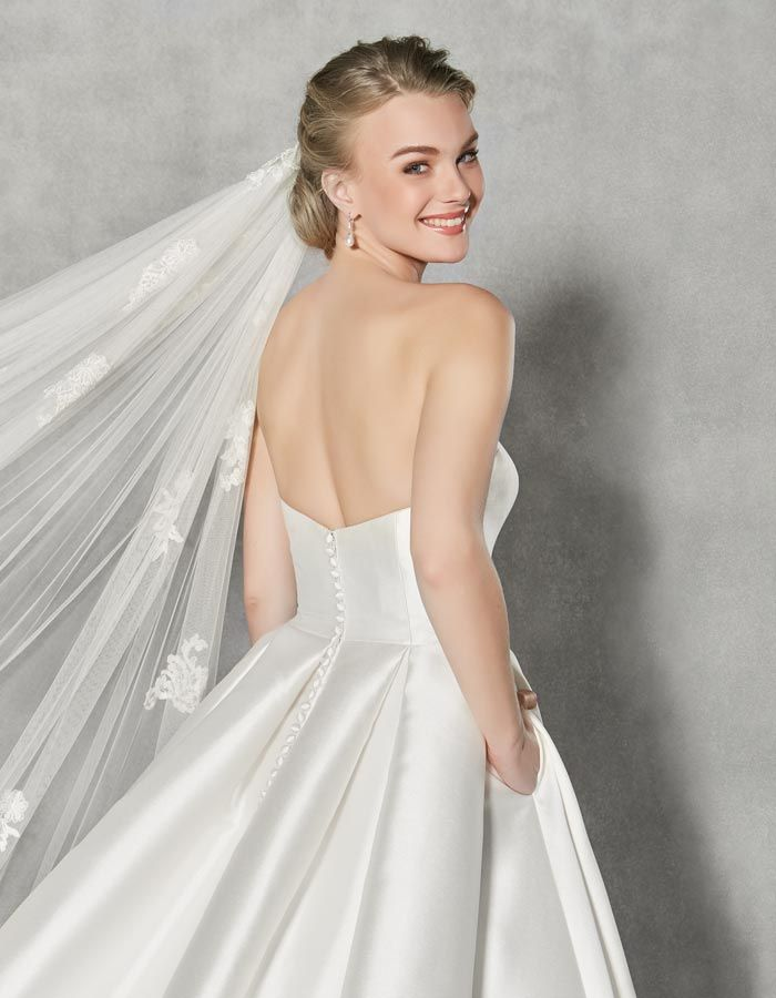 This strapless wedding dress 'Austen' is a contemporary take on a classic style. Simple, elegant and luxurious in rich mikado.
